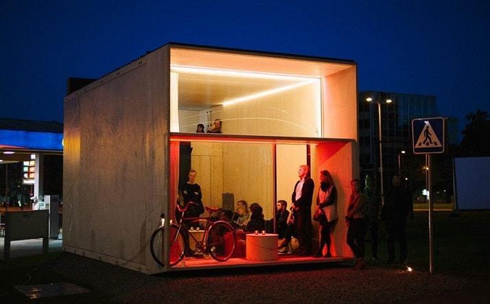 Casa prefabricada Koda de noche con gente en su interior