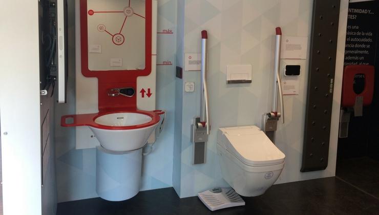 Casa Accesible. Baño con lavabo elevable