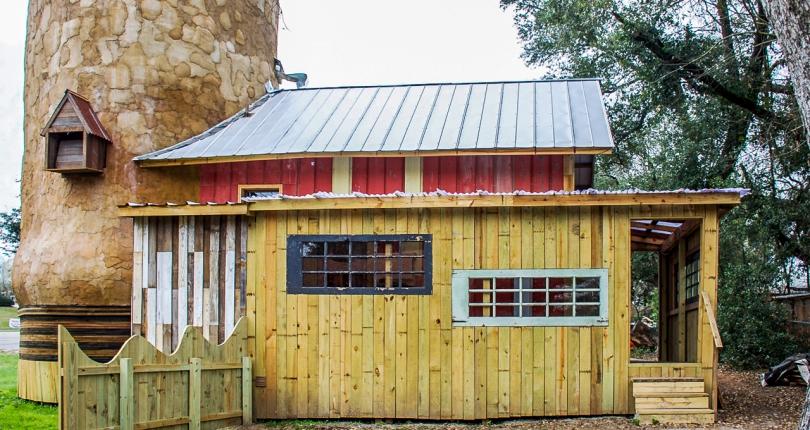 Construye casas con materiales reciclados que otros tiran